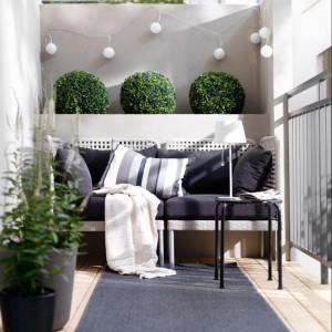 Świetlne girlandy delikatnie oświetlą  balkon. Ławka z miękkimi poduchami gwarantuje wygodny odpoczynek. Fot. Ikea.