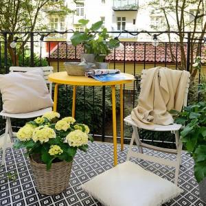 Na balustradzie balkonu umieszczono oświetlenie, które delikatnie rozświetli balkon. Kolorowy stolik ożywia balkonową przestrzeń. Fot. Alvhem Makleri.