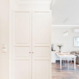 Na ścianie prostopadłej do drzwi wejściowych zlokalizowano obszerną szafę, mogącą pełnić funkcję garderoby. Fot. Sun & Snow