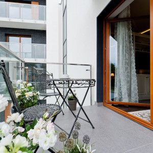 Prowadzące na balkon okazałe przeszklenia, sięgające samej podłogi stwarzają wrażenie przenikania się przestrzeni na zewnątrz z wnętrzem mieszkania. Fot. Sun & Snow
