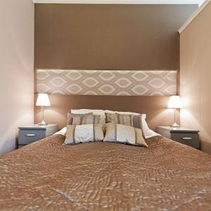 Sypialnię schowano za regałem, pełniącym jednocześnie funkcję ścianki działowej. Fot. Sun & Snow