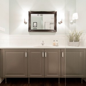 Powierzchnie ścian w łazience pokryto kaflami, stylizowanymi na stare. W połączeniu ze zdobionymi meblami przenoszą w czasie do początków ubiegłego wieku. Fot. Sun & Snow