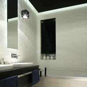 Cegłą podświetlona zimnym światłem LED wprowadza do łazienki klimat industrialny. Projekt: Dominik Respondek. Fot. Bartosz Jarosz.