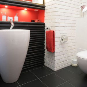 W tej łazience wszystko zaczęło się od organicznych kształtów ceramiki. Idealnym tłem dla umywalki o wyjątkowej formie okazał się bambus, a cegła podkreśliła surowy wygląd wnętrza. Projekt: Maciej Bołtruczyk. Fot. Monika Filipiuk-Obałek.