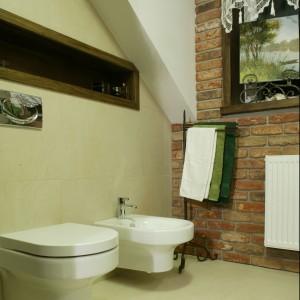 Łazience inspirowanej włoskim stylem rustykalna cegła dodaje łazience charakteru i jest atutem tego wnętrza. Projekt: Lucyna Stefaniak. Fot. Monika Filipiuk-Obałek