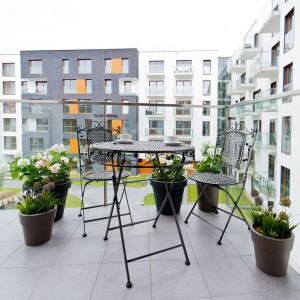 Wrażenie niczym nieograniczonej przestrzeni potęgują przezroczyste balustrady na balkonie. Fot. Sun & Snow
