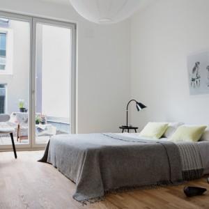 Monochromatyczne wnętrze oparte na bielach i szarościach to sprawdzony sposób na aranżację sypialni. Fot. Fantastik Frank.