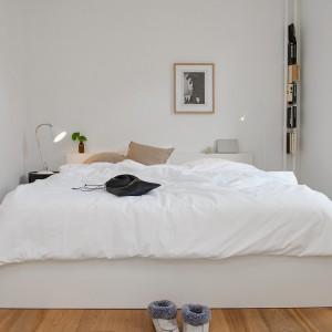 Klasyczne, ponadczasowe zestawienie: białe ściany i drewniana podłoga. Fot. Alvhem Mäkleri.
