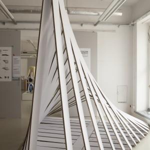 Autor: Julia Grabowska, Maja Barańska, Sławomir Krzyżak, Agata Birek, Magda Mojsiejuk, III rok industrial design School of Form Projekt: Z płaskiego w przestrzenne Opis: prototyp scenografii zainspirowany japońską sztuką kirigami