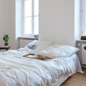 Kolejny przykład skandynawskiego wnętrza: połączenie bieli, naturalnego drewna drewna to sprawdzony pomysł na spójne wnętrze. Fot. Fantastic Frank.