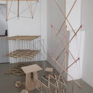 Autor: studenci III roku industrial design School of Form,  Opis: konstrukcje oparte na zasadzie tensegrity, czyli równowagi sił działających na ściskanie i rozciąganie