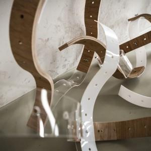 Autor:  P. Lisowska, M. Sakiewicz, K. Obrębska, III rok domestic design School of Form Projekt: Kreatywnie dla dorosłych Opis: drewniane i plastikowe elementy modułowe, które można składać w wielorakie konstrukcje