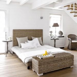Wiklinowe meble, drewniana podłoga i białe ściany to przepis na udaną kompozycję kolorystyczną. Fot. Maison du Monde.