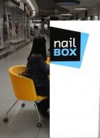 Projekt zrealizowany na zlecenie NAIL BOX. Naszym zadaniem było opracowanie spójnej koncepcji sieci stoisk manicure (w formie wyspy) z możliwością ustawiania ich w dowolnej konfiguracji w galeriach handlowych.  zakres: projekt stoiska / projekt logo