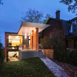 Iluminacja domu o zmroku. Projekt: Paul duBellet Kariouk, Kariouk Associates. Fot. Kariouk Associates.