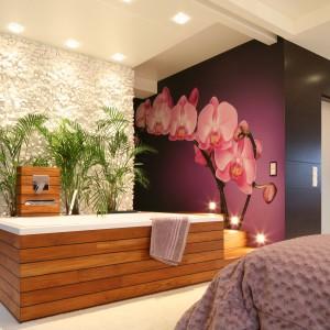Największe wrażenie robi fototapeta ze storczykiem (FotoStock), którego imponujące kwiaty zdobią całą ścianę. Białe kamienie na ścianie to otoczaki, które zostały sprowadzone z Grecji. Fot. Bartosz Jarosz