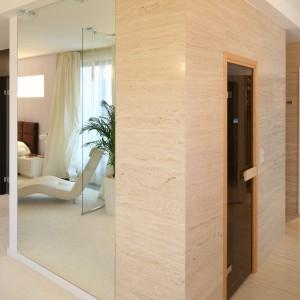 W drugiej części tej imponującej kubaturą przestrzeni umieszczona została sauna. Z kolei obok znajduje się wygodna garderoba typu walk-in. Fot. Bartosz Jarosz