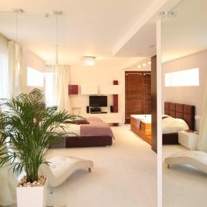 Przestronne pomieszczenie, łączące funkcje sypialni, łazienki i strefy relaksu to prawdziwy salon odnowy dla ciała i ducha. Po kąpieli lub skorzystaniu z sauny można zrelaksować się na wygodnym szezlongu (Italia Style). Fot. Bartosz Jarosz