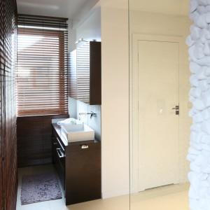 Nieco na uboczu zlokalizowana została strefa umywalek - oddzielnej dla pana i pani domu. Przedziela ją niewielki,  zamykanym drzwiami kubik, w którym znajduje się toaleta. Fot. Bartosz Jarosz