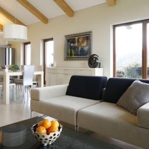 Duże, przestronne wnętrze zdominowały różnorodne odcienie jasnych beży. Modułowa sofa utrzymana w tej ciepłej palecie barw zachęca do wypoczynku. Projekt: Małgorzata Borzyszkowska. Fot. Bartosz Jarosz.
