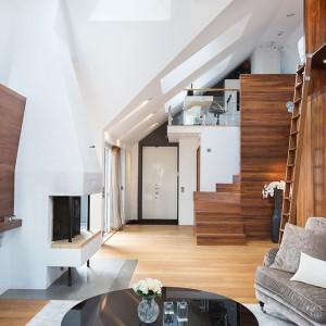 Przestrzeń pod półpiętrem umiejętnie zagospodarowano, urządzając w niej łazienkę z prysznicem. Fot. Per Jansson