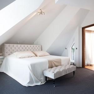 W sypialni małżeńskiej dominują pastelowe, delikatne barwy. Elementami dekoracyjnymi, wnoszącymi do wnętrza powiew romantyzmu i przyciągającymi wzrok są tekstylny zagłówek i stylizowany podnóżek. Fot. Per Jansson