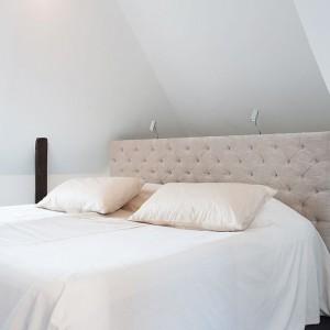Rolę lampek nocnych w sypialni małżeńskiej pełni oświetlenie zamontowane za zagłówkiem. Fot. Per Jansson