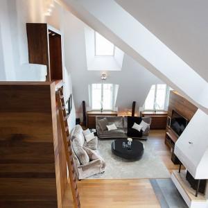 Mieszkanie w stylu loft urzeka wysokim sufitem w salonie, sięgającym w najwyższym miejscu 6,5 m. Fot. Per Jansson
