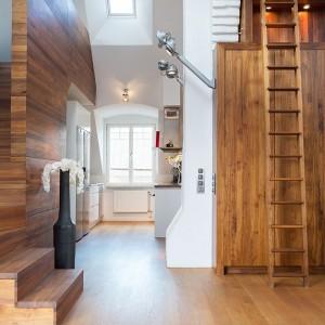 Schody prowadzące na półpiętro zostały wizualnie dopasowane do drewnianej okładziny na ścianie, za którą się chowają. Fot. Per Jansson