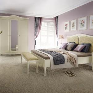 Kolekcja mebli Anabella nawiązuje do stylu prowansalskiego. Lekka, bogato dekorowana  kolekcja z charakterystycznie wygiętymi nóżkami. Kolekcja w jasnych odcieniach dobrze sprawdzi się także w sypialniach o niewielkim metrażu. Fot. Bydgoskie Meble.