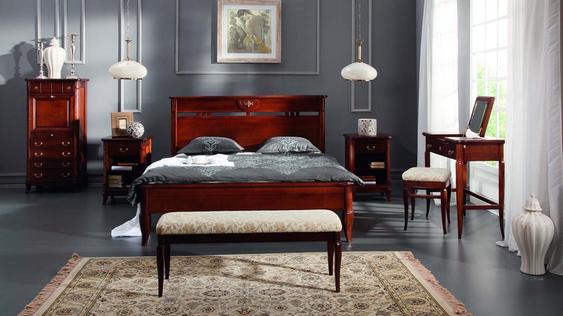 Sypialnia Rafael z bogato zdobionymi profilami oraz łagodnie zaokrąglonych kształtach to klasyczna propozycja  marki Klose. Meble wykonane z drewna olchowego w naturalnych okleinach czereśniowych. Fot. Klose.
