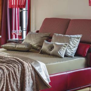 Tapicerowane łoże z wysokim zagłówkiem z  kolekcji E-dur. Fot. Kler.