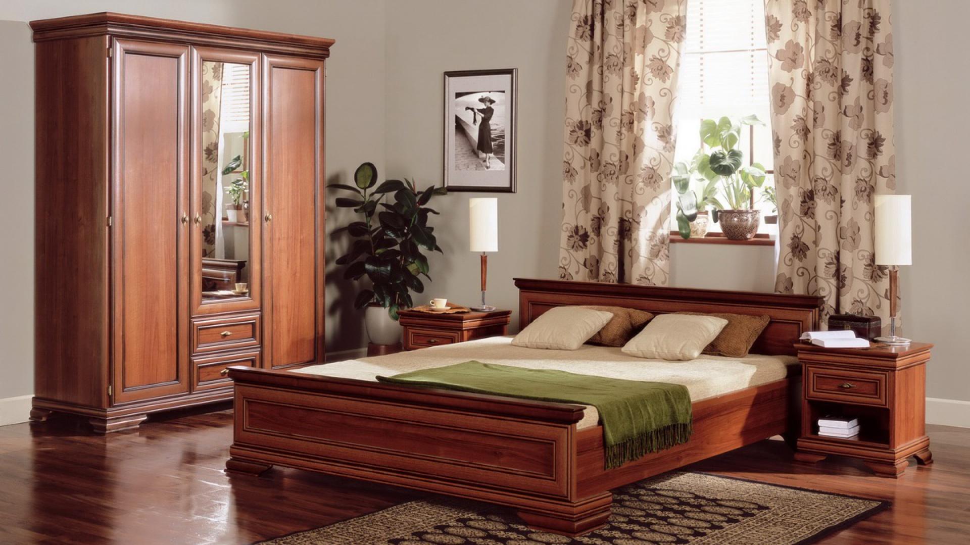 Sypialnia Aramis to klasyczne meble w orzechowym kolorze. W kolekcji znajdziemy wiele mebli także niezbędne wyposażenie sypialni: stoliki nocne, łózko, komodę, szafę. Fot. Forte.