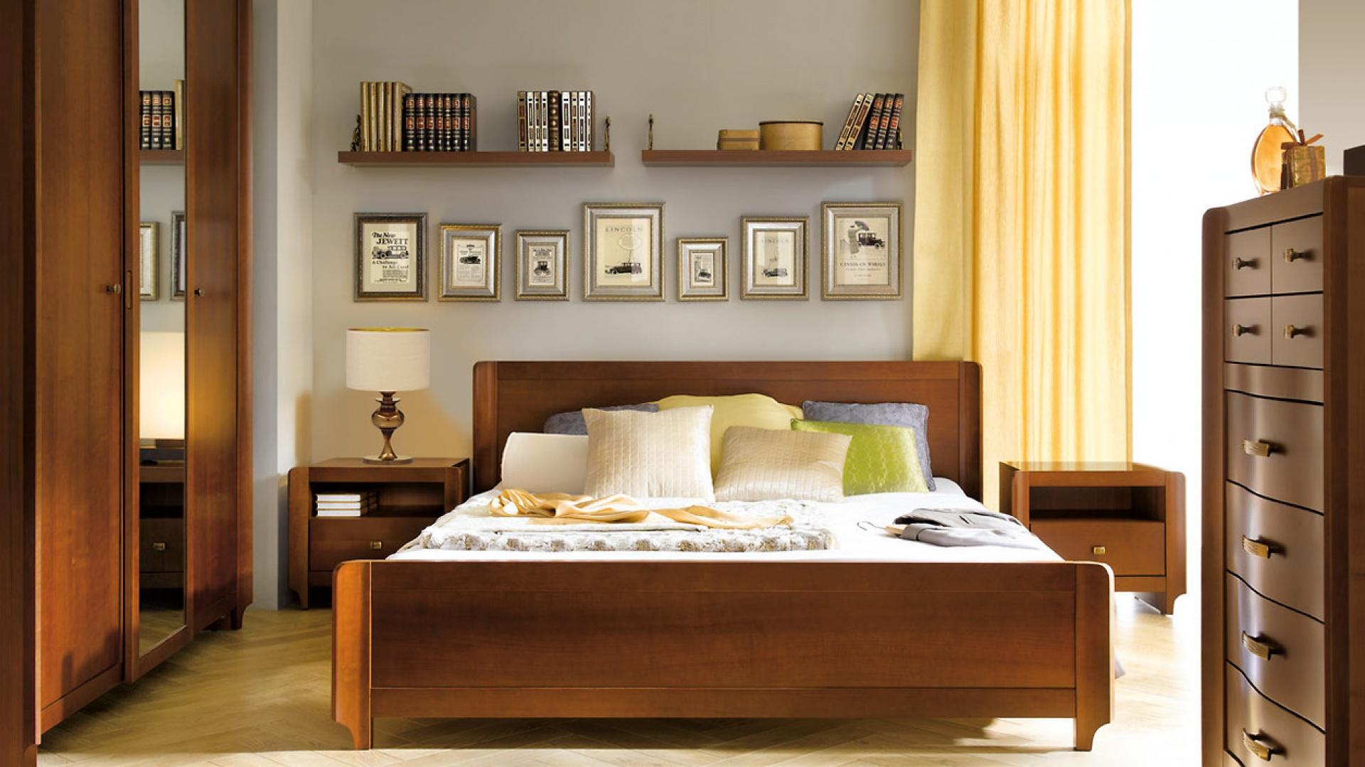 Kolekcja mebli Alevil w kolorze czereśni zaprojektowano z wielką dbałością o detale. łagodnie modelowane powierzchnie szuflad dopełniają ozdobne uchwyty. W kolekcji wykorzystano fornirowane fronty oraz oryginalne drewniane listwy. Fot. Black Red White.