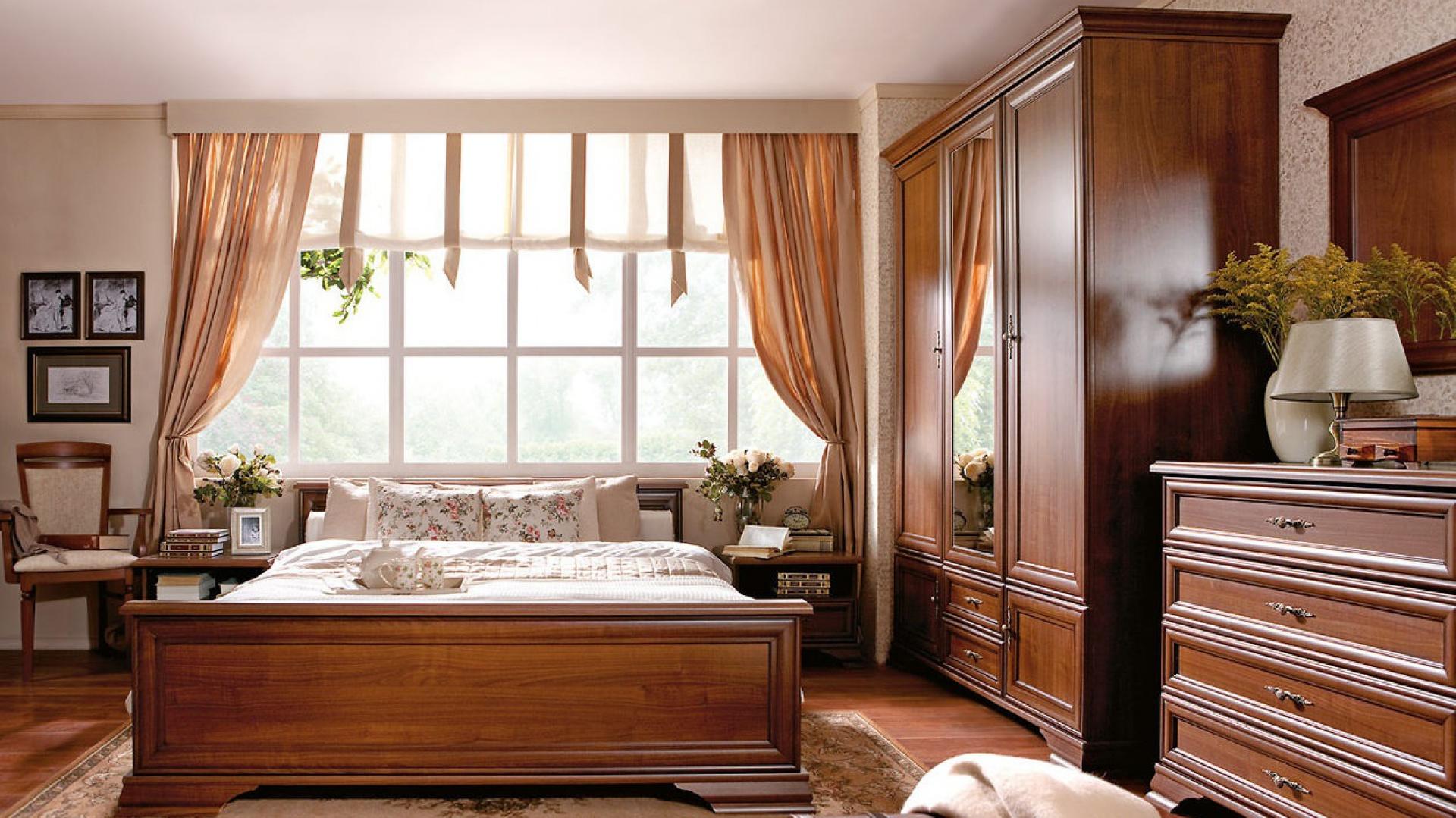 Elegancka kolekcja Kentaki w odcieniu wiśniowym z delikatnymi rzeźbieniami oraz ozdobnymi uchwytami. Fot. Black Red White.