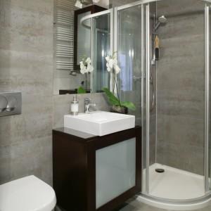 Sporo miejsca w łazience zaoszczędziło wprowadzenie lekkiej, narożnej kabiny prysznicowej. Wybrano model półokrągły narożny, ale asymetryczny, który oferuje większa swobodę ruchów. Projekt: Karolina Pawłowicz. Fot. Monika Filipiuk-Obałek