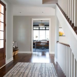 We wnętrzu dominują stonowane barwy. Naturalne drewno stanowi harmonijne połączenie z bielami, szarościami i beżami. Fot. Refined.