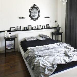 Czarno-biała sypialnia została spójnie urządzona. Ciemne dodatki zostały wyeksponowane dzięki białym ścianom. Mimo niewielkiego metrażu, ciemne kolory nie przytłaczają wnętrza. Projekt: Małgorzata Mazur. Fot. Bartosz Jarosz.