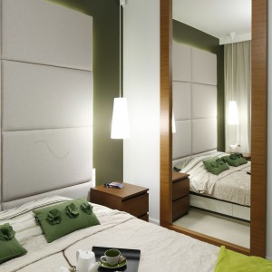 W sypialni umieszczone duże lustro, które optycznie powiększa przestrzeń. Projekt: Michał Dudko, Katarzyna Dudko. Fot. Bartosz Jarosz.