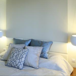 Sypialnię rozjaśnia dobrze przemyślane oświetlenie. Mimo niewielkiego metrażu, za pomocą podwieszonego, podświetlanego sufitu udało wydzielić się strefę łóżka. Projekt: Agnieszka Hajdas-Obajtek. Fot. Bartosz Jarosz.