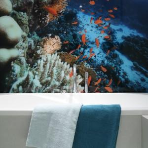 Kolorowa tapeta ożywia biało-szare wnętrze i dodaje mu wyrazu. Nawet ręczniki dobrano pod kolor odcieni morskich głębin na zdjęciu. Projekt: Anna Maria Sokołowska. Fot. Bartosz Jarosz.