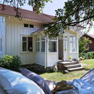 Położony w malowniczej okolicy nad morzem dom jest urokliwym azylem od miejskiego zgiełku . Fot. Stadshem.