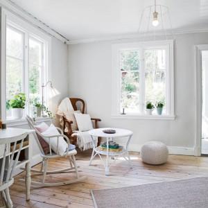 Duża ilość okien oraz jasne kolory mebli i wykończenia sprawiają, że sąsiadujący z salonem pokój dzienny wydaje się znacznie większy niż jest w rzeczywistości. Fot. Stadshem.