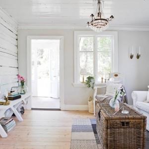 W salonie uwagę skupia szklany żyrandol, nawiązujący stylistycznie do estetyki glamour. Jest on jednak jedynym tak ozdobnym akcentem. Fot. Stadshem.