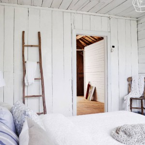 Elementem przyciągającym wzrok w sypialni jest drabina, pełniąca rolę detalu dekoracyjnego oraz praktyczną funkcję wieszaka na ręcznik lub ubranie. Fot. Stadshem.