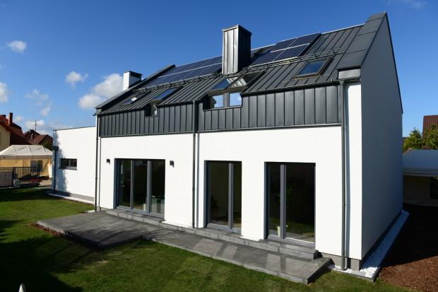 W Gdańsku, w dzielnicy Osowa, powstał pierwszy dom hybrydowy zasilany energią odnawialną, zrealizowany w standardzie Saint-Gobain Multi-Comfort. Przy realizacji budowy wykorzystano innowacyjne rozwiązania technologiczne, obniżającekoszty utrzyman