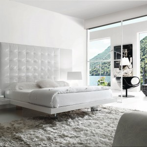 Łóżko Lux o prostych, minimalistycznych kształtach wykonane z płyty lakierowanej na wysoki połysk. Rama łóżka wraz z półkami, które zastępują stoliki nocne tworzy spójną całość. Fot. Fimes.