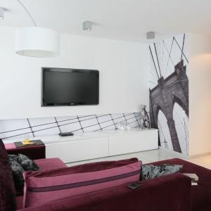Oryginalna dekoracja ściany telewizyjnej to sposób, by nadać wnętrzu niestandardowy wygląd. Projekt: Anna Maria Sokołowska. Fot. Bartosz Jarosz.