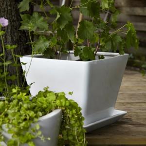 Ceramiczna doniczka z podstawką Trosso. Fot. Ikea.