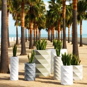 Donice Marquis to geometryczne kształty, które świetnie sprawdzą się w nowoczesnych, ogrodowych aranżacjach. Doniczki dostępne w wielu kolorach, w wersji matowej oraz lakierowanej. Proj. JM Ferrero. Fot. Vondom.